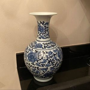 Accents - Blue & white vase small neck round base